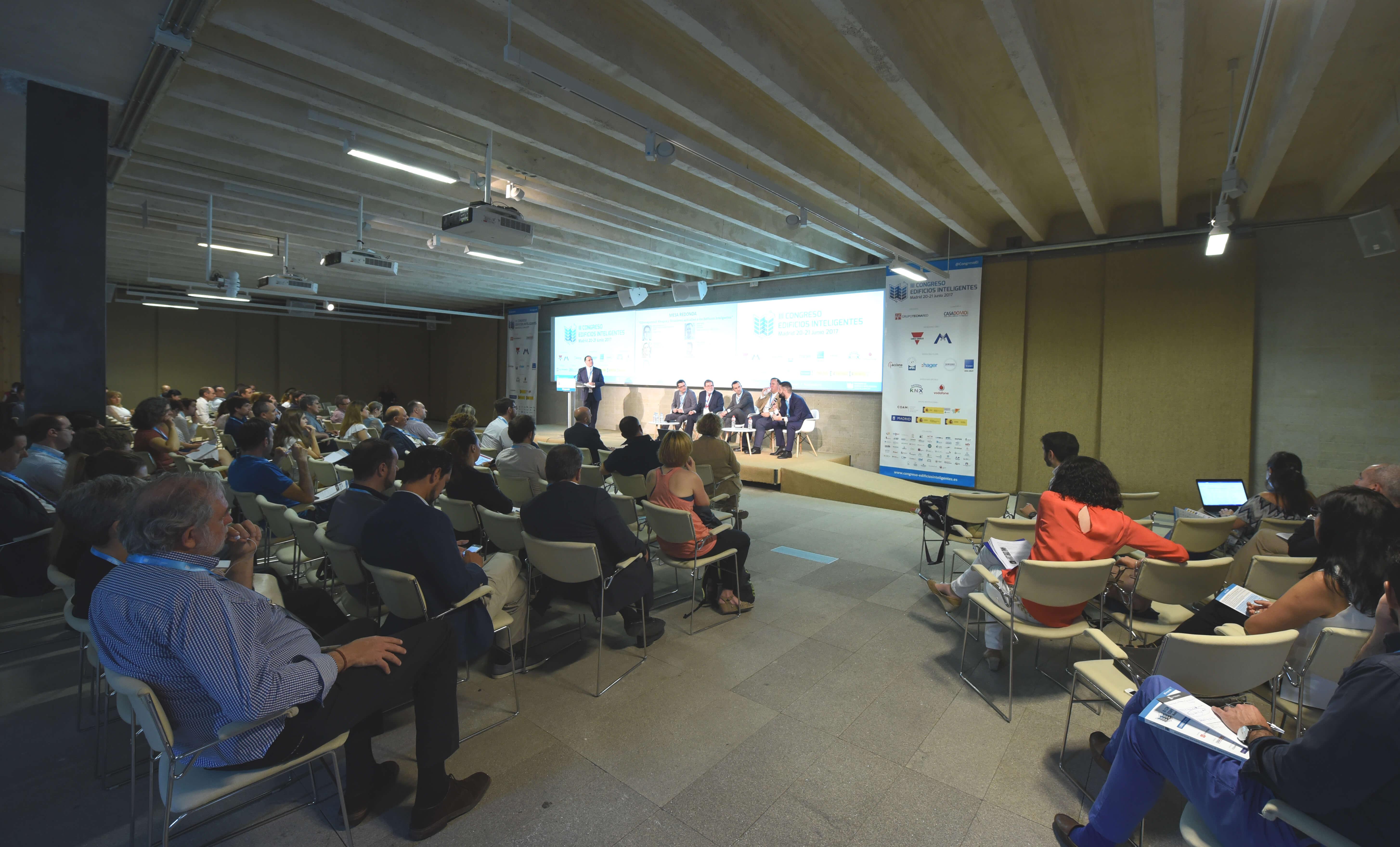 El Auditorio principal del Colegio Oficial de Arquitectos de Madrid (COAM) albergó el III Congreso Edificios Inteligentes con más de 200 asistentes durante el 20-21 junio 2017.